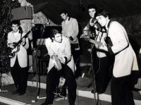 1965 - 09 - estate - Gli Apostoli suonano a Vietri, in versione Beat