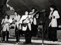 1965 - 10 - estate - Gli Apostoli suonano a Vietri, in versione Beat
