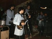 1965 - 11 - estate - Gli Apostoli suonano a Vietri, in versione Beat