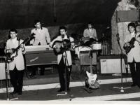 1965 - 07 - estate - Gli Apostoli suonano a Vietri, in versione Beat