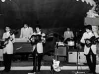 1965 - 08 - estate - Gli Apostoli suonano a Vietri, in versione Beat